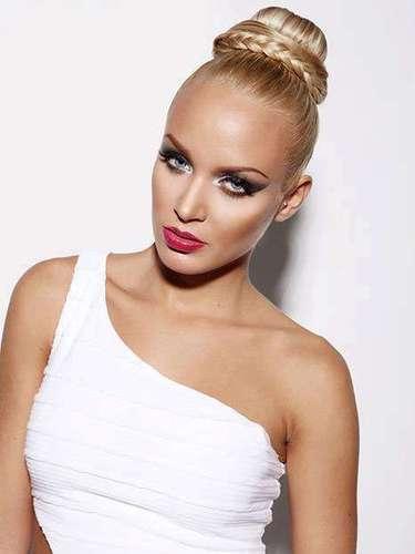 Miss República Eslovaca - Jeanette Borhyová. Tiene 21 años de edad, mide 1.72 metros de estatura (5 ft 7 12 in) y procede de Ivanka pri Dunaji