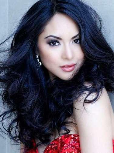 Deléitate con la enigmática belleza de Miss Canadá, Riza Raquel Santos. Tiene 27 años de edad y reside en Calgary.