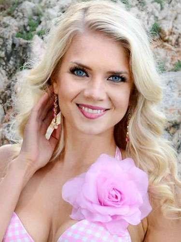 Una luminosa rubia Miss Finlandia, Lotta Henriikka Hintsa. Tiene 24 años de edad y reside en Jyväskylä