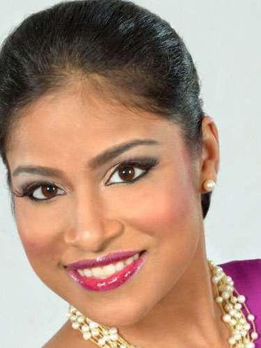 Mostrando lo mejor de su sonrisa Miss Guyana, Katherina Roshana Khan. Tiene 23 años de edad y reside en Georgetown.