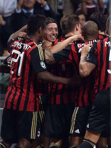 El Milan celebra el 1-0 de Robinho