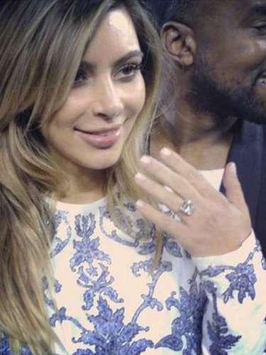 Kanye West le entregó a Kim Kardashian un anillo diamantes de 15 quilates de Lorraine Schwartz cuando le propuso matrimonio la noche en que la socialité estaba celebrando su cumpleaños 33