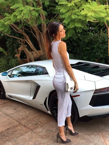 12 de Noviembre - Kendall Jenner nos presume que es una chica con recursos que hasta se da el lujo de tener un carrito modesto en su jardín. ¡'Pobrecita'!