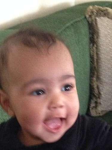 13 de Noviembre - Kim Kardashian comparte nuevas fotos de North West donde la pequeña se ve de lo más linda al sonreir para la foto y ser muy bien portada. Cada día que pasa, la bebé se parece más a su padre Kanye West y eso se nota a simple vista.