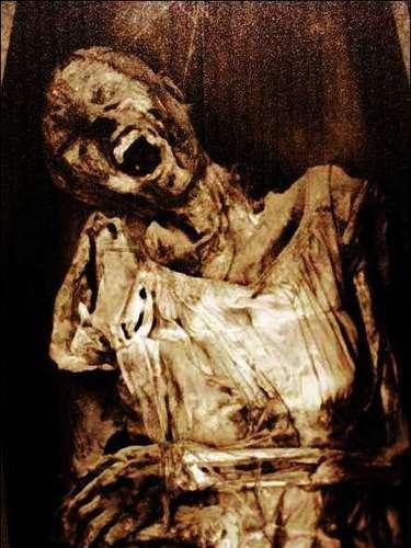 Museo de las Momias, Guanajuato. Adéntrate en los túneles de este museo y visita los cuerpos momificados de 111 mujeres, hombres y niños exhumados entre 1865 y 1989. ¿Las más tenebrosas? Las momias de niños.