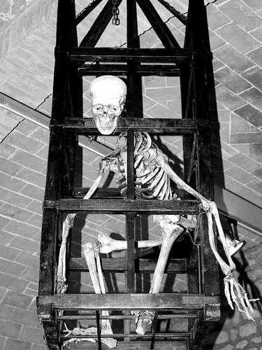Museo de tortura medieval, San Gimignano, Italia. Este museo te hará preguntarte cómo el ser humano puede llegar a ser tan cruel. Observa una colección de más de 100 brutales instrumentos de castigo, acompañados por una explicación de cómo eran utilizados. Pero te advertimos, quizá no puedas conciliar el sueño por la noche.