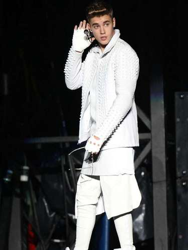 Bieber inició su concierto con 'All Around The World'.