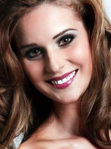 Miss Curazao - Archangela Garcia, tiene 24 años de edad, mide 1.72 metros de estura (5 ft 7 1/2 in)y reside en Willemstad.