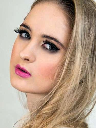 Miss Nueva Zelanda- Nela Zisser, tiene 21 años de edad, mide 1.70 metros de estura (5 ft 7 in) y reside en Auckland.