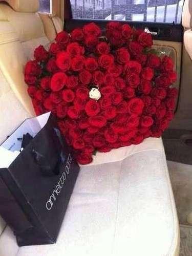 Abundantes rosas para un regalo amoroso.