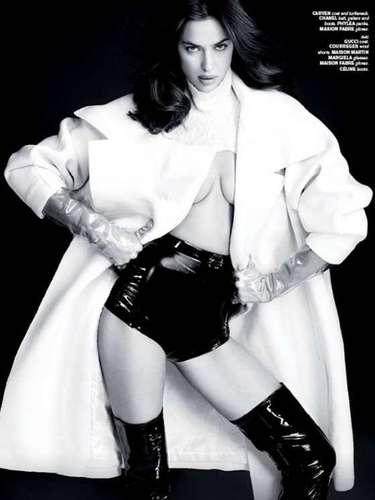 La modelo también posó con más ropa, como en la foto en la que luce un short de tiro alto y un abrigo blanco.