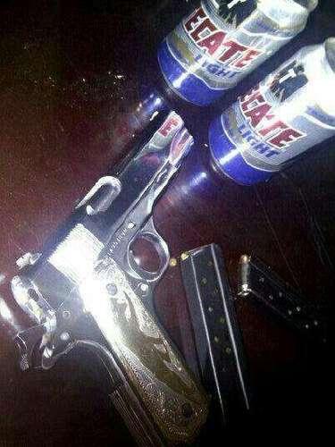 El hijo del capo nunca se encuentra desarmado. Aquí se muestra un revolver aparentemente bañado en oro.