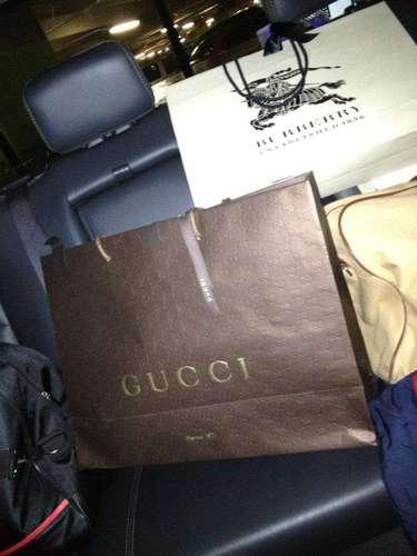 Las fotos muestran su gusto por las compras de artículos de marcas famosas y de caras.