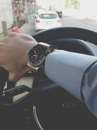 El supuesto hijo del capo porta un ostentoso relojy otros accesorios suntuarios.