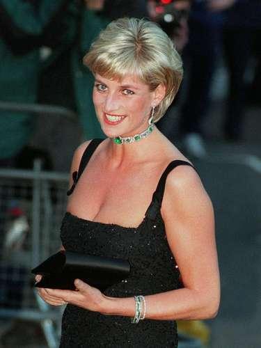 Lady Di falleció enun fatal accidente automovilístico el 31 de agosto de 1997 junto a su novioDodi Al-Fayed cuando huían de los paparazzi en París.
