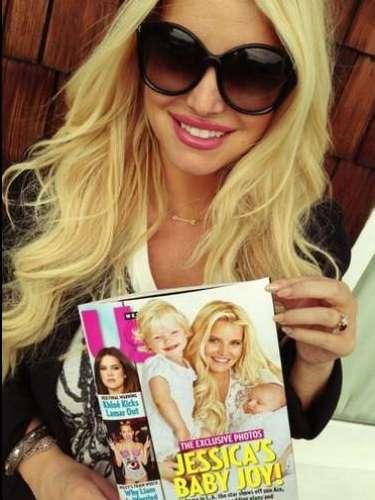 La orgullosa madrepresentó al nuevo integrante de la familiaen la portada de la revista Us Weekly.