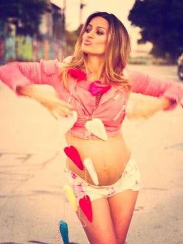 Se sintió tan orgullosa de su embarazo que ella misma se tomaba fotos muy casuales para compartirlas en la red con todos sus admiradores y seguidores.