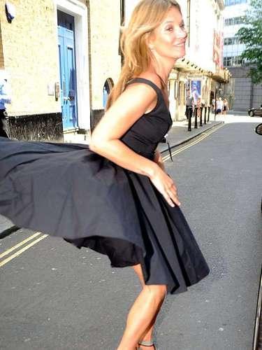 En las calles de Londres, Kate Moss también mostró sus encantos.