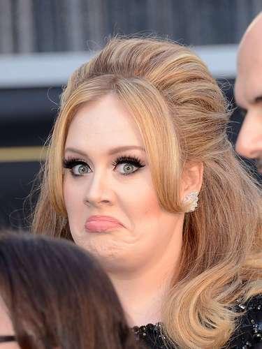 Una de las estrellas que al parecer no sale de casa para una alfombra roja sin él es Adele, quien sabe lucir muy bien este estilo de delineado queexaltala mirada