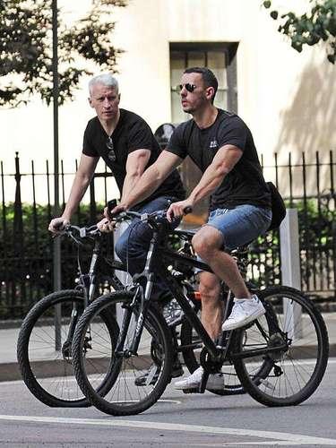 Anderson Cooper y Ben Maisani. El periodista de CNN fue el blanco de muchísimos rumores sobre su sexualidad hasta que salió del clóset de manera muy poco escandalosa. Hoy vive feliz y contento junto a su pareja sin aspavientos ni grandes declaraciones.