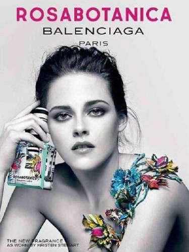 Kristen Stewart es el rostro del perfume Florabotanica, de Balenciaga. En la imagen, ella luce a blanco y negro, cubierta tan solo por un puñado de flores de colores que contrastan con el resto de la imagen.