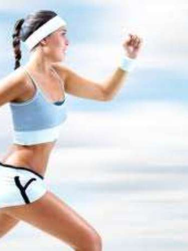 No gastes grandes sumas de dinero: correr es el deporte más antiguo y más barato, está dentro de nuestra condición humana. Lo único que necesitas son unas zapatillas, unos shorts, una playera y un parque cercano. Conforme te especialices más tal vez necesites invertir más dinero, pero no para empezar.