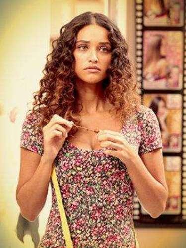Tessália (Débora Nascimento) - Es la mujer más deseada de Divino. Es buena, dulce, ingenua, tranquila, sincera y romántica. Participa en el concurso \