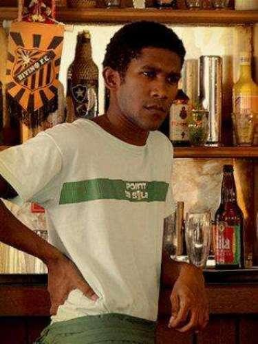 Valentim (André Luiz Miranda) - Es el camarero de la barra de Silas.