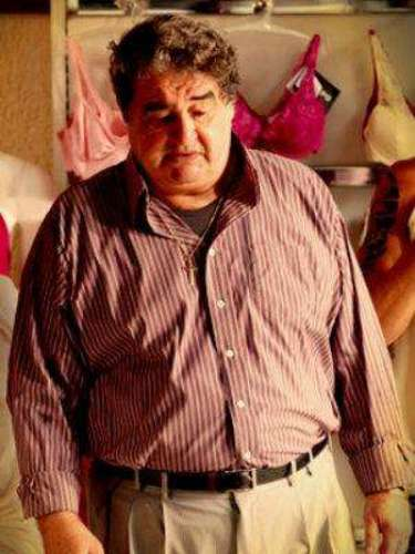 Diógenes (Otávio Augusto) - Él es el padre de Roni. Tuvo a su hijo con Soninha Catatau, por quien fue abandonado dos veces en su noche de bodas. Es dueño de una tienda de accesorios de moda para mujeres y presidente del Club de Fútbol de Divino.