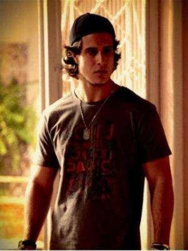 Lúcio (Emiliano DAvila) - Es el malvado hijo de Janaína. Participa en algunas trampas con Max y con Carminha, con quien tiene un romance.