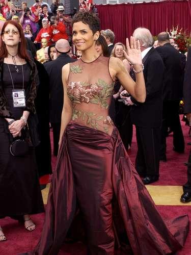 El look elegido por Halle Berry para los Oscar 2002 hizo girar las cabezas de la alfombra roja. El vestido de satén Elie Saab, con bordados florales colocados estratégicamente sobre los senos, es una de las prendas memorables de la historia fashion de la premiación.