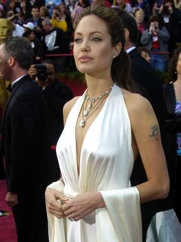 Aunque desaparecida en las últimas ediciones, Angelina Jolie estaba más bella que nunca en este vestido de seda blanca Marc Bouwer en 2004.