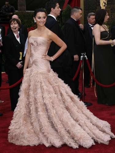 Penélope Cruz derrochó confianza en su extravagante vestido de Atelier Versace en 2007, comprobando que el arte y la moda pueden ser mejores amigos.