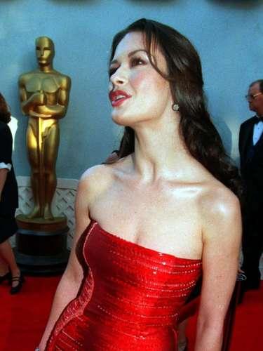 Una de las más bellas actrices de Hollywood, Catherine Zeta-Jones lució impecable en 1999 en este modelo rojo escarlata de Versace.