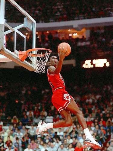 1 - Michael Jordan, 1988, Chicago Bulls: En su casa, Chicago, nacería la leyenda de Jordan en la NBA, el fin de semana de las estrellas de 1988 ganaría el Slam Dunk Contest a Dominique Wilkins y sería nombrado el MVP. Jordan anotó 40 puntos, 8 rebotes, 3 asistencias, 4 robos de balón y 4 bloqueos en el triunfo del Este por 138-133.
