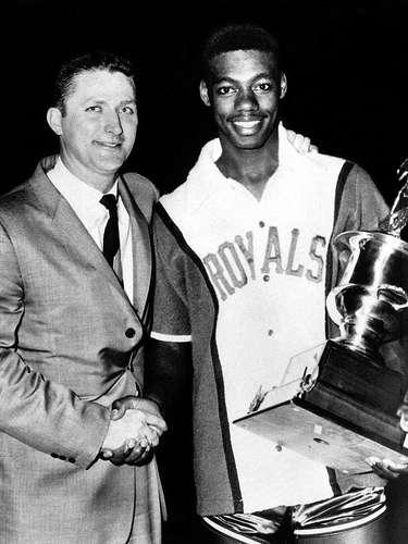 10 - Oscar Robertson, 1961, Cincinnati Royals: El Juego de Estrellas de 1961 se impuso una marca de 284 puntos combinados entre los dos equipos. Robertson fue el tercer mejor anotador con 23 puntos, pero dio 14 asistencias para que el Oeste venciera 153-131 al Oeste. Fue el primero de 3 MVP en Juego de Estrellas de NBA.