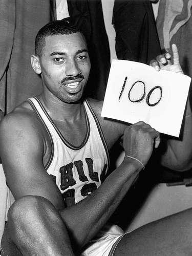 3 - Wilt Chamberlain, 1962, Philadelphia Warriors: El gran Wilt Chamberlain y sus números siempre serán complicados de valorar en el basquetbol moderno, pero sus números en Juego de Estrellas fue impresionantes al encestar el 73.9% de sus tiros de campo, sumó 42 puntos, 24 rebotes en la derrota del Este por 150-130 ante Oeste. Sólo Bob Pettit superó a Chamberlain con 27 rebotes por lo cual fue llamado el MVP.