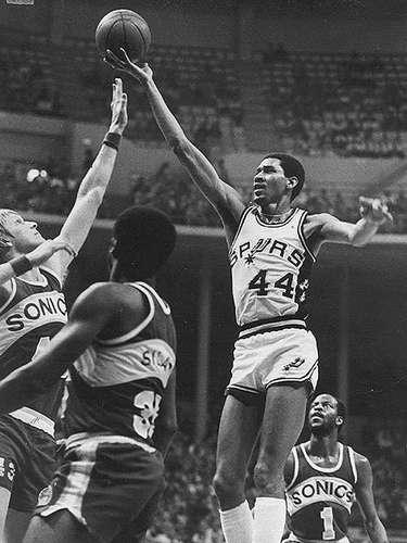 7 - George Gervin, 1980, San Antonio Spurs: En el segundo Juego de Estrellas que se fue a tiempo extra, 'The Iceman' Gervin ayudó al Este a ganar 144-136 al Oeste al anotar 11 puntos, 10 rebotes y 3 asistencias superando al gran Kareem Abdul-Jabbar. Claro en esa época, los Spurs jugaban en la Conferencia Este.