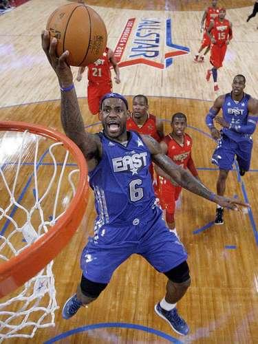 8 - LeBron James, 2011, Miami Heat: Como nuevo 'villano' en la NBA, hizo todo lo posible para que el Este ganará en el Staples Center. Al final perdieron por 148-143, pero James ayudó a borrar una desventaja de 17 puntos en los últimos minutos. LeBron marcó un triple-doble: 29 puntos, 12, rebotes y 10 asistencias en 32 minutos de juego.