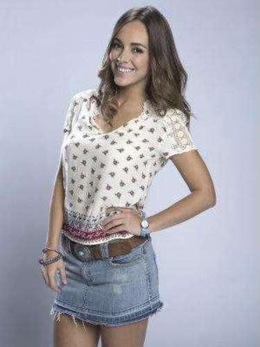 Adriana Aguilar (María Elisa Camargo)Es una joven de origen humilde, que trabaja como mesera en un bar de Ciudad de México para poder pagarle a su hermano, Jacinto, la carrera de medicina.