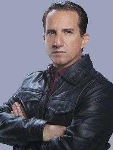 Carlos Ricalde (Plutarco Haza) Es un hombre peligroso que tiene negocios ilegales. Es el dueño del bar donde trabaja Adriana, está obsesionado con ella y no soporta su rechazo.