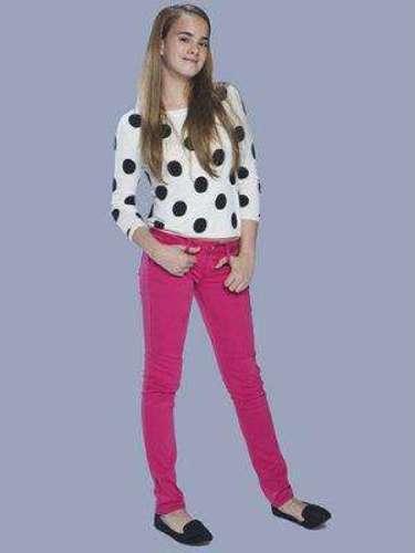 Emiliana Serrano (Gala Montes) Es la hija menor de Mónica. Es una niña dulce, con una enorme vitalidad y gran inteligencia. Adora a su madre y a su hermana.
