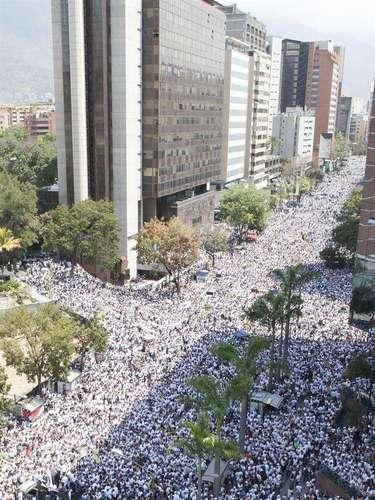 Miles de manifestantes participan en una protesta convocada por el dirigente opositor venezolano Leopoldo López.