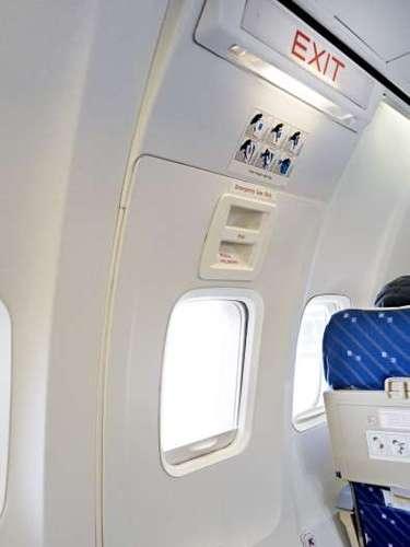 2. Escoge un asiento cercano a la salida. Procura reservar tu asiento en un límite máximo de cinco filas con respecto a la ubicación de la salida principal, o en su defecto, alguna salida de emergencia.