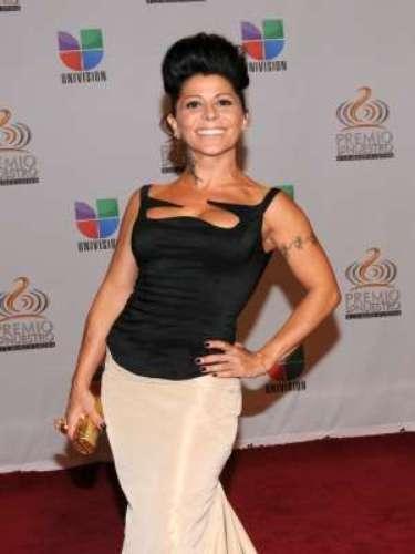 Alejandra Guzmán sufrió lo indecible. Pero ella muy fuerte se levantó no una, sino varias veces. La diva rockera y actriz invitada a la exitosa telenovela 'Una Familia Con Suerte' (Televisa), reveló su adicción al alcohol y las drogas como consecuencia de la depresión causada por la pérdida de un bebé en el 2004. Ya para el 2008 y durante su visita a la Fundación Renacimiento I.A.P. -centro al que la cantante aportó 20 mil dólares para ayudar en su rehabilitación a los jóvenes adictos- aseguró estar limpia de cualquier vicio, pero en un proceso que necesitaba de su esfuerzo día a día.