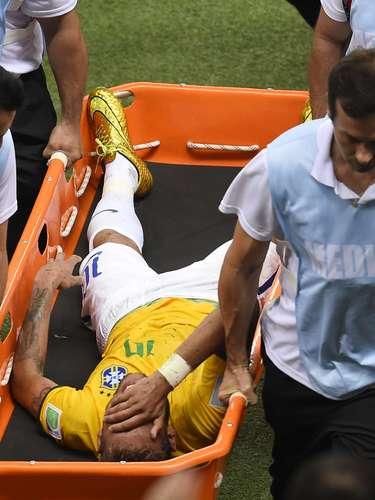 La jugada se registró en el minuto 86 del compromiso cuando el habilidoso delantero se iba en demanda del arco con balón dominado y apareció la fuerte marca el cafetalero Zuñiga. El atacante quedó tendido siendo retirado llorando y con mucho dolor en camilla.