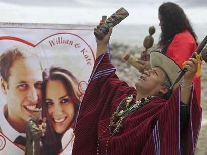 Un chamán peruano realiza un ritual en frente de una imagen del príncipe británico Guillermo y su prometida Kate Middleton en playa La Herradura, en Lima, Perú, el miércoles 27 de abril del 2011.  Foto: Martin Mejia / AP