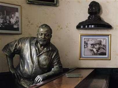 Foto de archivo de una estatua de bronce del escritor estadounidense Ernest Hemingway en el bar Floridita de La Habana, jul 1 2010. El legado del escritor estadounidense Ernest Hemingway en Cuba, donde vivió por más de 20 años hasta la década de 1960, está siendo recuperado gracias a una reciente flexibilización de Estados Unidos que facilita los viajes de académicos a la isla de gobierno comunista.  Foto: Desmond Boylan / REUTERS