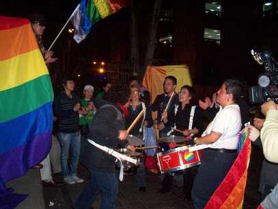 A las afueras del Palacio de Justicia una docena de personas pertenecientes al movimiento LGBTI saludaron con vítores y aplausos la determinación de la Corte. Foto: Juan Millán / Terra
