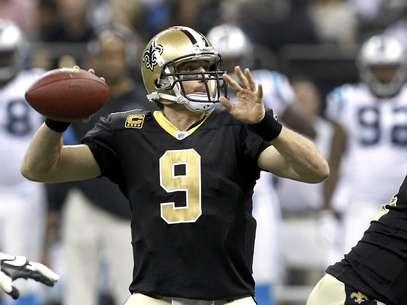 El quarterback de los Saints de Nueva Orleans Drew Brees lanza un pase durante el primer cuarto del partido contra los Panthers de Carolina el domingo 1 de enero de 2012.  Foto: Bill Haber / AP